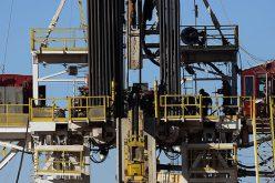 Giá dầu sụt 1% trong tuần do lo ngại nguồn cung Mỹ