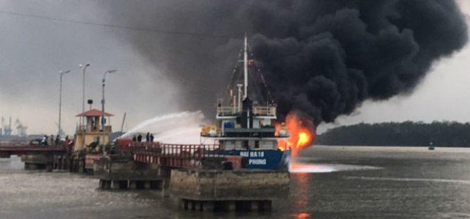 Tàu dầu 2.000 tấn cháy dữ dội khi cập cảng Hải Phòng