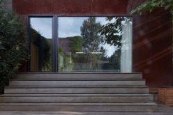Ngôi nhà nổi bật bởi mặt tiền gỉ sét