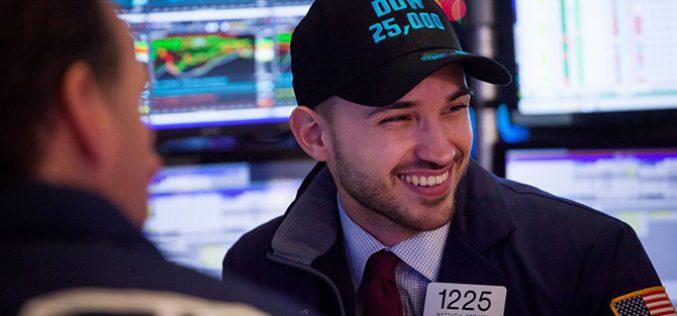 Nỗi lo chiến tranh thương mại lắng lại, Dow Jones vượt mốc 25.000 điểm thuyết phục