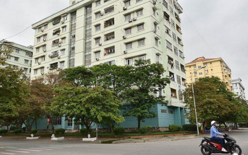 """Hà Nội: Hãi hùng """"bể phốt lộ thiên"""" ngay giữa khu chung cư"""
