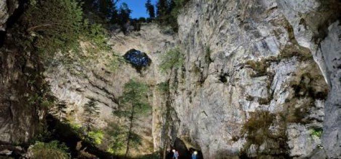 Cận cảnh những dòng sông xanh như ngọc chảy trong hang động ở Slovenia