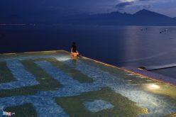 Mặc bikini ở bể bơi xem pháo hoa của Pháp tại Đà Nẵng