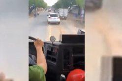Mời chủ xe ô tô cản trở xe cứu hỏa lên làm việc