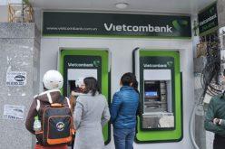 """Bị Ngân hàng Nhà nước """"tuýt còi"""", Vietcombank dừng tăng phí ATM"""