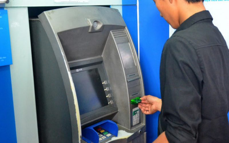 """Lần thứ 2 Ngân hàng Nhà nước yêu cầu 4 """"ông lớn"""" dừng tăng phí rút tiền nội mạng ATM"""