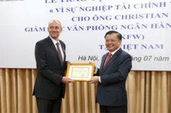 """Trao tặng Giám đốc KFW kỷ niệm chương """"Vì sự nghiệp Tài chính"""""""