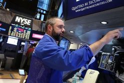 Chứng khoán lình xình, giá vàng và dầu thô quay đầu giảm