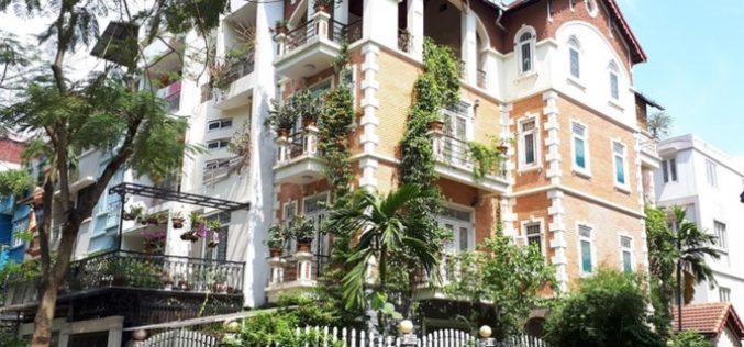 Những ban công ngập tràn hoa lá xua đuổi nắng nóng của các biệt thự Hà Nội