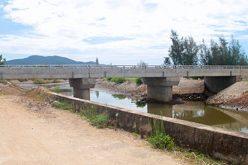 Cầu 12 tỷ đồng xây xong để không vì thiếu đường
