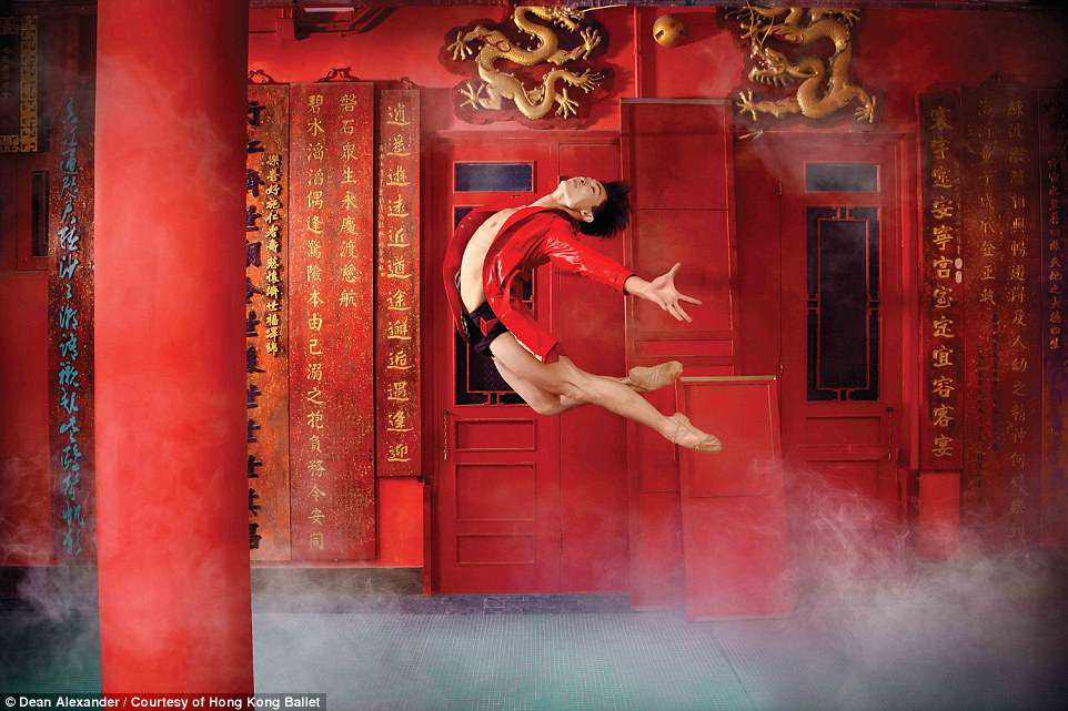 Hong Kong: Vu cong ballet 'bay' giua khong trung quang ba du lich hinh anh 6