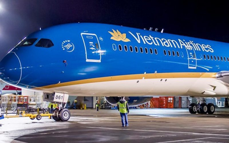 Hãng bay giảm phụ phí, giá vé vẫn tăng