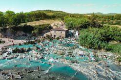 Chiêm ngưỡng suối nước nóng màu xanh ngọc ảo diệu ở Italy