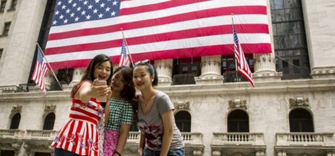 """Du khách – vũ khí Trung Quốc """"ém hàng"""" trong chiến tranh thương mại với Mỹ"""