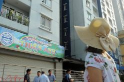 Bất chấp nguy hiểm, người dân trở lại chung cư Carina Plaza dù chưa thể sử dụng