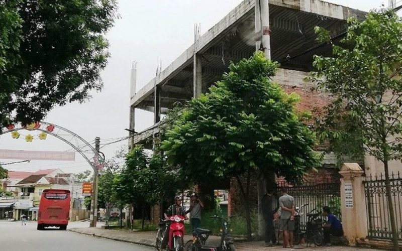 """Ngân hàng xây """"lụi"""" 3 tầng nhà rồi bỏ hoang"""