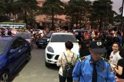 Dân chung cư 5 sao mang ô tô chắn hầm gửi xe để phản đối