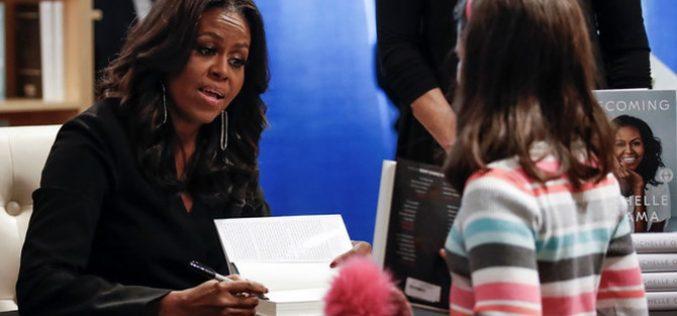 """Hồi ký của bà Michelle Obama """"cháy hàng"""" tại Bắc Mỹ"""