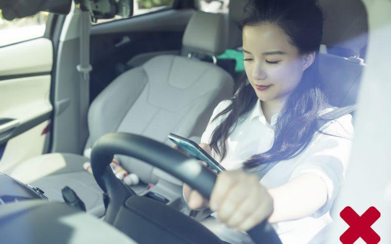 Nhắn tin khi đang lái xe giống như nhắm cả hai mắt!