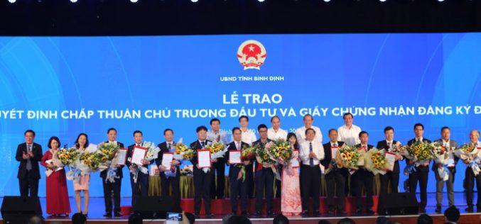 Bình Định trao Giấy chứng nhận đăng ký đầu tư cho 15 dự án với tổng số vốn 36.252 tỷ đồng