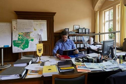 Thị trưởng Frank Spilling. Ảnh: NYTimes.
