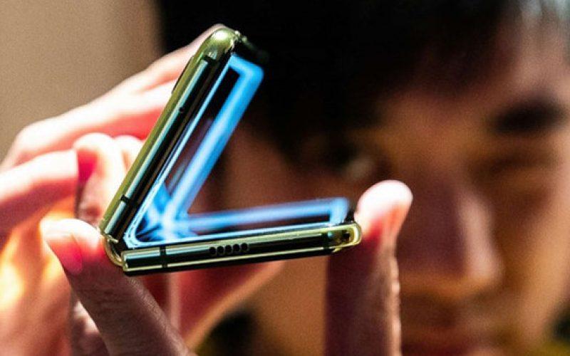 Giá thay màn hình Samsung Galaxy Fold bằng tiền mua iPhone Xr mới