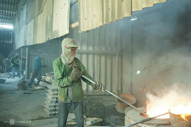 Mỗi xưởng tái chế nhôm ở Văn Môn tiêu thụ từ 4- 6 tạ than mỗi ngày. Ảnh: Du An