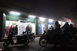 Người dân rút tiền từ ATM nhiều gấp đôi dịp giáp Tết
