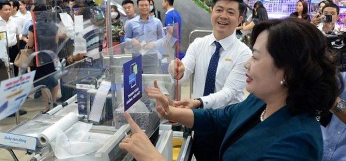 Hàng chục siêu thị, cửa hàng tại TP.HCM dán nhãn 'Thanh toán không tiền mặt'