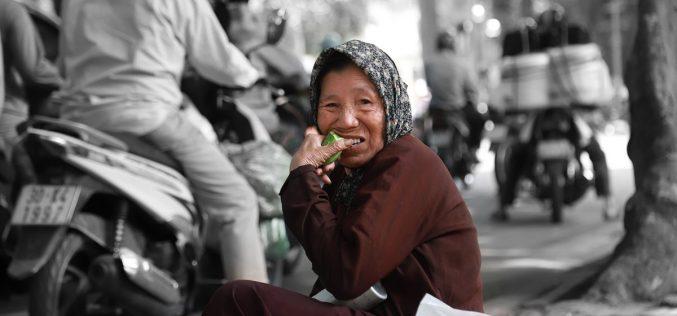 Còn hơn 500 nghìn người cao tuổi diện hộ nghèo chưa có bảo hiểm y tế